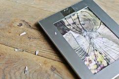 已婚夫妇残破的照片框架  免版税库存照片