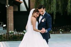 已婚夫妇的可爱的第一个舞蹈 图库摄影