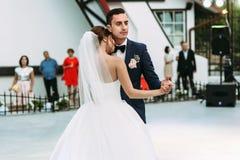 已婚夫妇的情感第一个舞蹈 图库摄影
