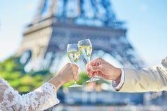 已婚夫妇饮用的香槟 免版税库存图片