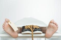 已故的孩子尸体有空白的脚趾标记的 库存照片