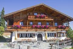 巴伐利亚家的村庄和宾馆高在Garmisch上 库存照片