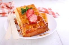 巴伐利亚用的焦糖和servedry strawbern的奶蛋烘饼 库存照片