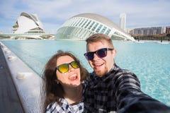 巴伦西亚,西班牙, 2018年1月, 02日,愉快的夫妇在Hemisferic大厦的背景做selfie在城市  免版税库存图片