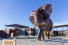巴伦西亚,西班牙- 2019年1月19日:大象的大雕塑,做用木头和铁,在Bioparc动物园正门  免版税库存图片