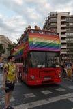 巴伦西亚,西班牙- 2018年6月16日:有政党Ciudadanos彩虹旗子的一辆公共汽车在同性恋自豪日天游行期间的, 免版税库存照片