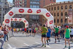 巴伦西亚,西班牙- 12月02:赛跑者在XXXVIII巴伦西亚马拉松2018年12月18日竞争在巴伦西亚,西班牙 库存图片