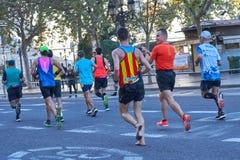 巴伦西亚,西班牙- 12月02:赛跑者2018年12月18日竞争,不用鞋子在XXXVIII巴伦西亚马拉松在巴伦西亚, 库存照片