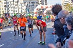 巴伦西亚,西班牙- 12月2:2018年12月18日休息在XXXVIII巴伦西亚马拉松的赛跑者在巴伦西亚,西班牙 免版税库存照片