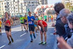 巴伦西亚,西班牙- 12月2:2018年12月18日休息在XXXVIII巴伦西亚马拉松的赛跑者在巴伦西亚,西班牙 库存照片