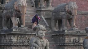 巴克塔普尔,加德满都,尼泊尔- 2018年10月18日妇女清扫的石步 石头蓝色布料广泛楼梯的妇女  股票视频