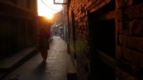巴克塔普尔,加德满都,尼泊尔- 10月18日在狭窄的街道上的2018步行者在日出 种族走男人和的妇女  股票视频