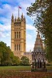 巴克斯顿纪念喷泉在维多利亚有议院的塔庭院里  免版税库存图片