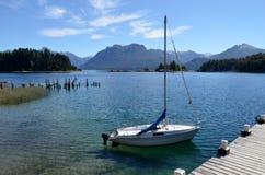 巴利罗切,阿根廷 在船坞和小风船停放的安乔雷纳海湾,湖纳韦尔瓦皮国家公园的维多利亚岛视图 免版税图库摄影