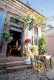 巴勒克埃西尔,土耳其- 2015年5月18日:用花装饰的面包店在老旅游镇, Cunda Alibey海岛, Ayvalik 它是n的一个小海岛 库存照片