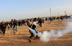 巴勒斯坦人参加示范,在加沙以色列边界 免版税库存图片