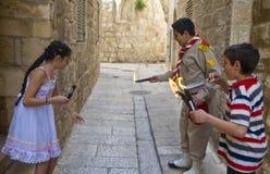 巴勒斯坦子项拿着candeles 库存照片