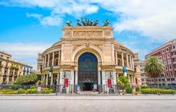 巴勒莫剧院在一个晴朗的夏日 西西里岛,南意大利 库存图片