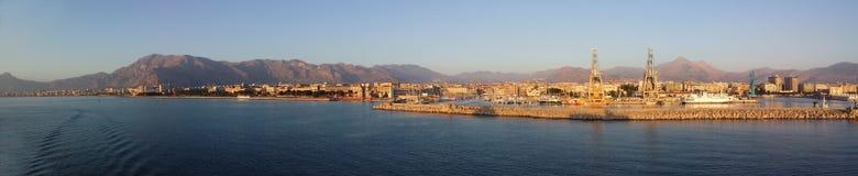 巴勒莫和港口看法在黎明从海 免版税库存照片