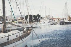 巴勒莫,意大利- 2017年11月29日:在L和游艇停放的小船 免版税库存图片