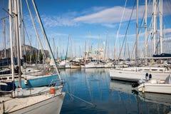 巴勒莫,意大利- 2017年11月29日:在L和游艇停放的小船 免版税库存照片