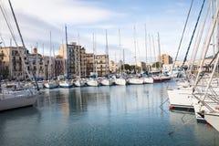巴勒莫,意大利- 2017年11月29日:在L和游艇停放的小船 库存图片