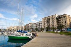 巴勒莫,意大利- 2017年11月29日:在L和游艇停放的小船 免版税图库摄影