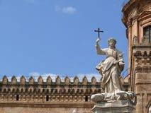 巴勒莫,西西里岛,意大利 11/04/2010 在白色大理石a的雕塑 库存图片