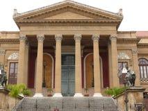 巴勒莫,西西里岛,意大利 11/04/2010 马西莫剧院的主要门面 库存图片