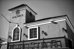 巴卡迪与红色墙壁的企业创办在蓝天 库存照片