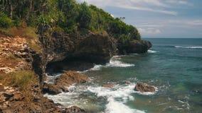 巴厘岛努沙Dua与岩石、明亮的植被和天蓝色海洋的海岸线 股票视频