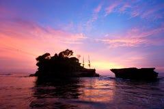 巴厘岛印度尼西亚批次日落tanah寺庙 免版税图库摄影