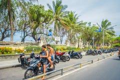 巴厘岛印度尼西亚3月08日 2017年:未认出的摩托车骑士乘坐在街道下 Legian ` s区域 Legian郊区和 免版税库存照片