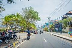巴厘岛印度尼西亚3月08日 2017年:未认出的摩托车骑士乘坐在街道下 Legian ` s区域 Legian郊区和 免版税库存图片