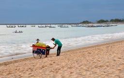 巴厘岛海湾海滩印度尼西亚jimbaran供营商 库存图片