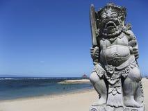 巴厘岛海滩蓝色sanur天空雕象 库存图片