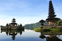 巴厘岛蓝色danau黎明湖pura天空寺庙ulu 免版税图库摄影