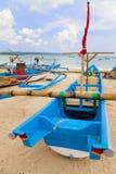 巴厘岛钓鱼印度尼西亚jimbaran的海滩小船 库存图片