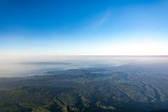 巴厘岛鸟瞰图从阿贡火山上面的  免版税库存照片