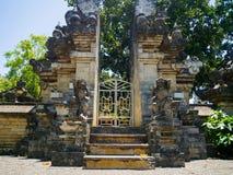 巴厘岛,印度尼西亚- 2017年3月11日:一个Indu寺庙的入口在Ubud,在巴厘岛海岛,位于印度尼西亚 库存图片