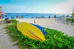 巴厘岛,印度尼西亚- 2017年3月11日:与两条小船的美好的晴天在白色沙子的植物,在海滩  库存图片