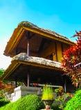 巴厘岛,印度尼西亚- 2012年4月11日:传统房子看法丹那美拉手段的 库存照片