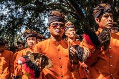 巴厘岛,印度尼西亚- 2018年9月25日:传统衣裳的巴厘语人在Tirta Empul寺庙的大仪式 免版税图库摄影