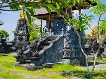 巴厘岛,印度尼西亚- 2017年3月11日:关闭在Uluwatu寺庙的一个扔石头的结构在巴厘岛,印度尼西亚 免版税库存图片