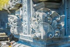 巴厘岛,印度尼西亚- 2017年3月11日:关闭在Uluwatu寺庙的一个扔石头的结构在巴厘岛,印度尼西亚 库存图片