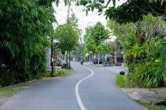 巴厘岛,印度尼西亚- 2017年12月13日:农村路在巴厘岛印度尼西亚 免版税库存照片