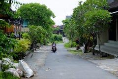巴厘岛,印度尼西亚- 2017年12月13日:农村路在巴厘岛印度尼西亚 库存照片