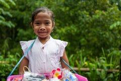 巴厘岛,印度尼西亚- 2018年3月30日:卖纪念品的逗人喜爱的女孩在巴厘岛,印度尼西亚 免版税库存图片