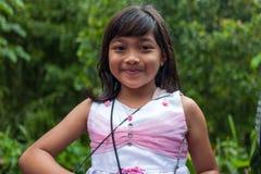 巴厘岛,印度尼西亚- 2018年3月30日:卖纪念品的逗人喜爱的女孩在巴厘岛,印度尼西亚 库存照片