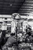 巴厘岛,印度尼西亚- 2017年4月14日:在一个传统食物市场上的妇女 印度尼西亚 库存图片